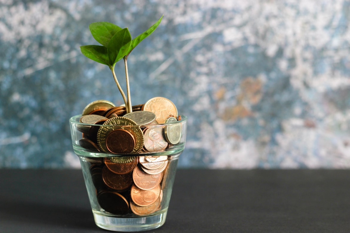 A jar of money - learn how important are free moving estimates in our guide